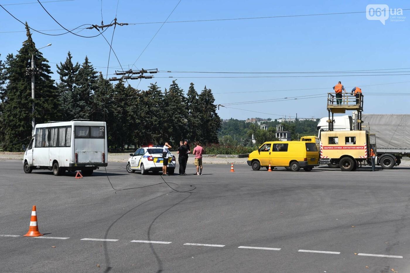 В Запорожье фура оборвала троллеи - провода упали на маршрутку, - ФОТО, фото-3
