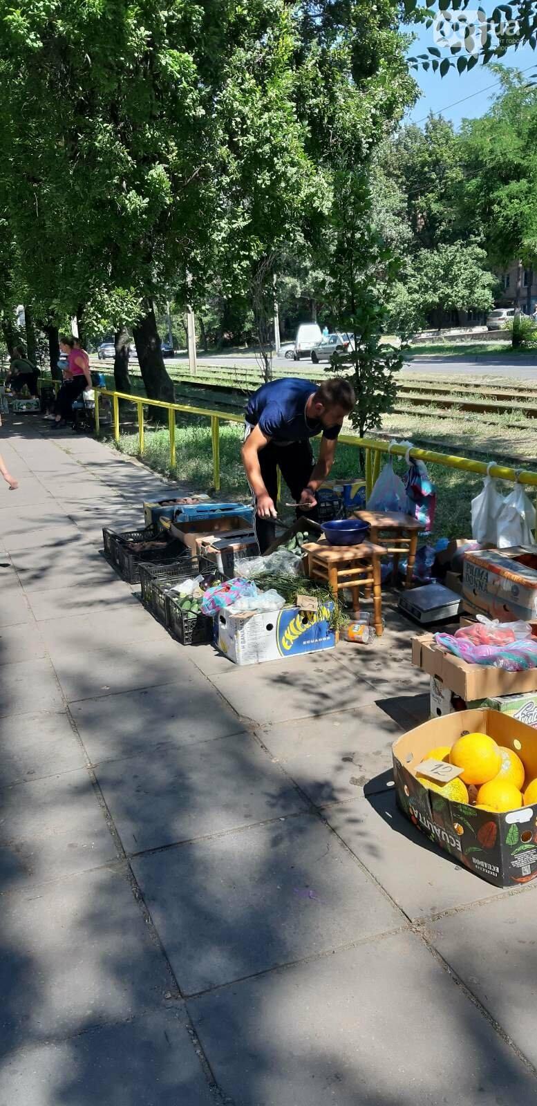 В Запорожье разогнали стихийных торговцев перед Крытым рынком , фото-5