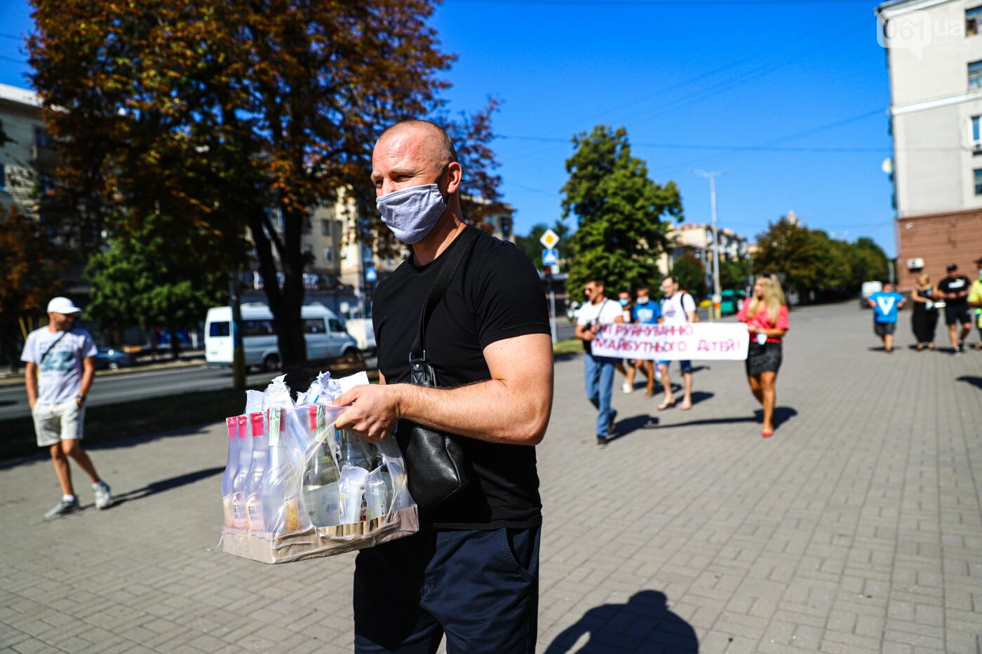 В Запорожье борцы с наливайками принесли под мэрию ящик алкоголя, - ФОТО, фото-1