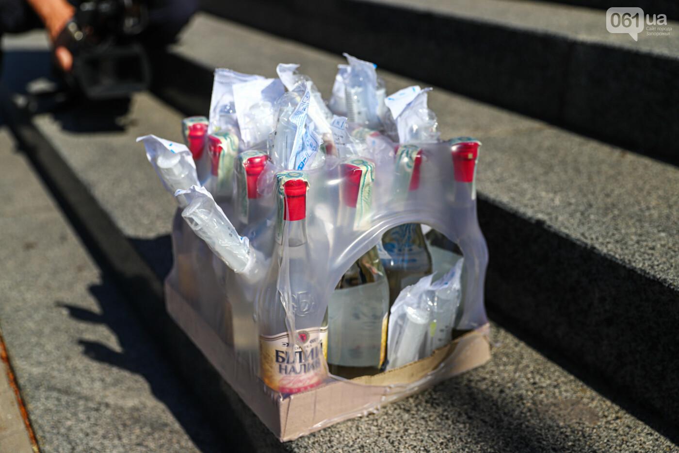 В Запорожье борцы с наливайками принесли под мэрию ящик алкоголя, - ФОТО, фото-5