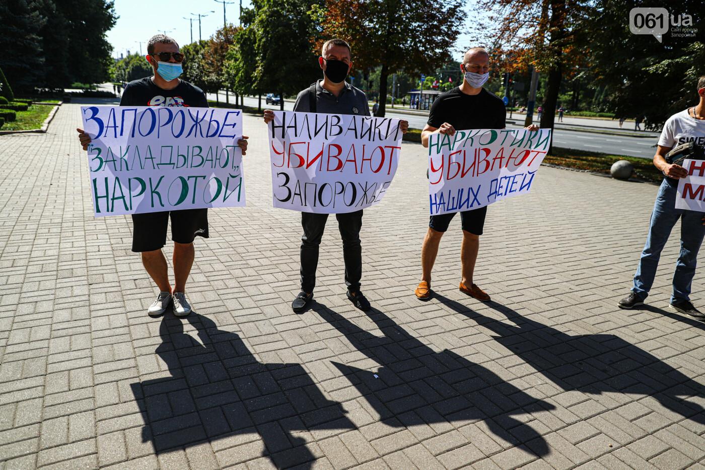 В Запорожье борцы с наливайками принесли под мэрию ящик алкоголя, - ФОТО, фото-11