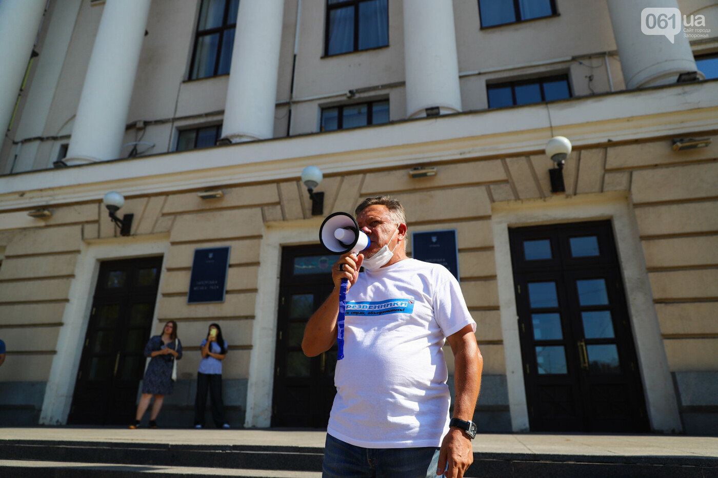 В Запорожье борцы с наливайками принесли под мэрию ящик алкоголя, - ФОТО, фото-9
