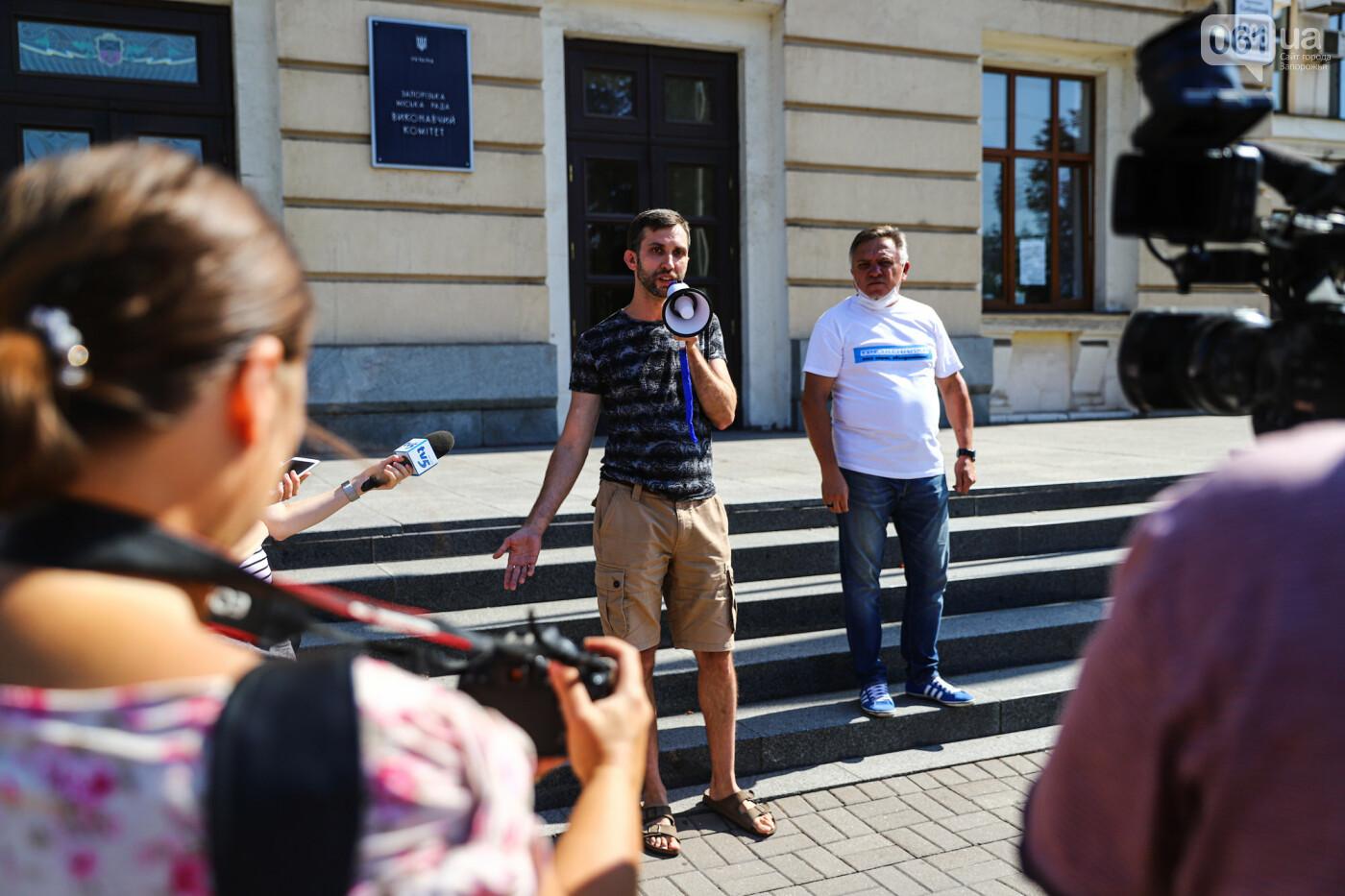 В Запорожье борцы с наливайками принесли под мэрию ящик алкоголя, - ФОТО, фото-13