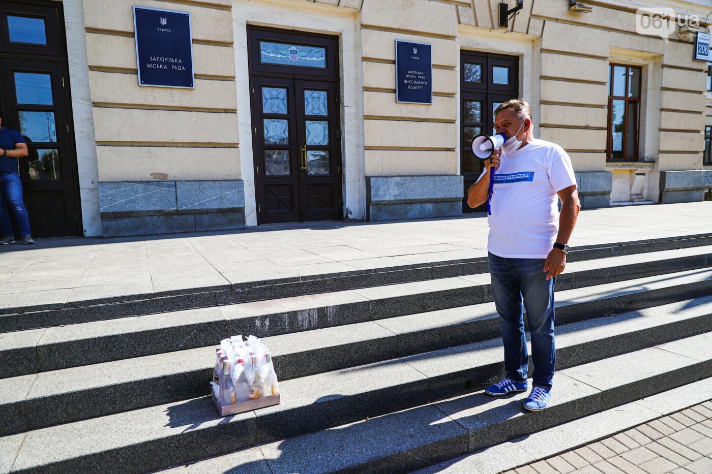 В Запорожье борцы с наливайками принесли под мэрию ящик алкоголя, - ФОТО, фото-3