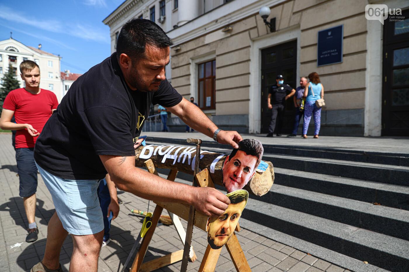 С пилами и в масках: в Запорожье возле мэрии активисты показали, как распиливают городской бюджет, - ФОТОРЕПОРТАЖ, фото-2