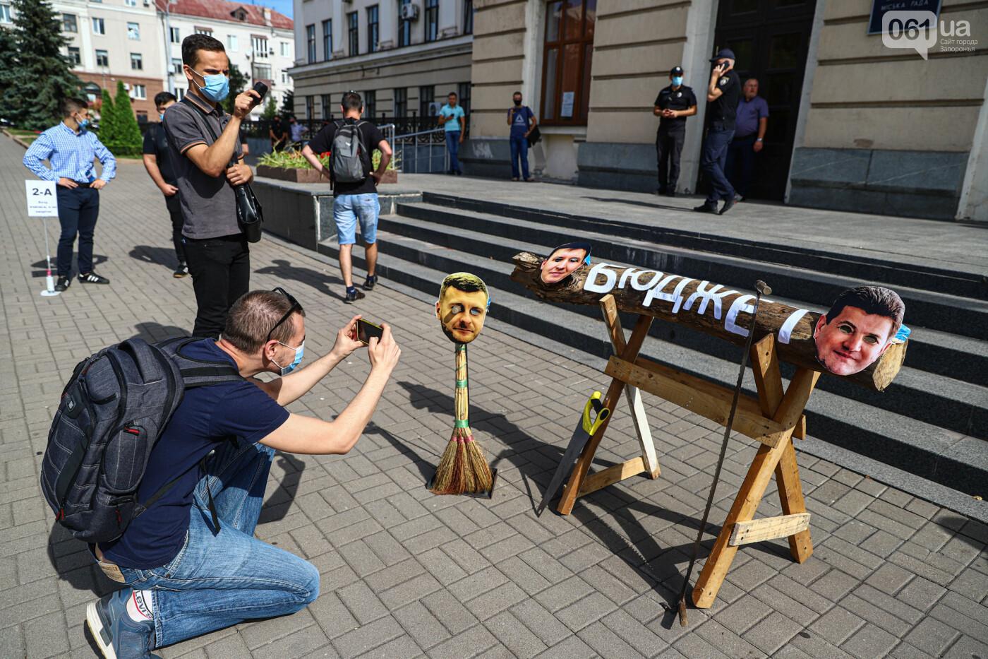 С пилами и в масках: в Запорожье возле мэрии активисты показали, как распиливают городской бюджет, - ФОТОРЕПОРТАЖ, фото-3