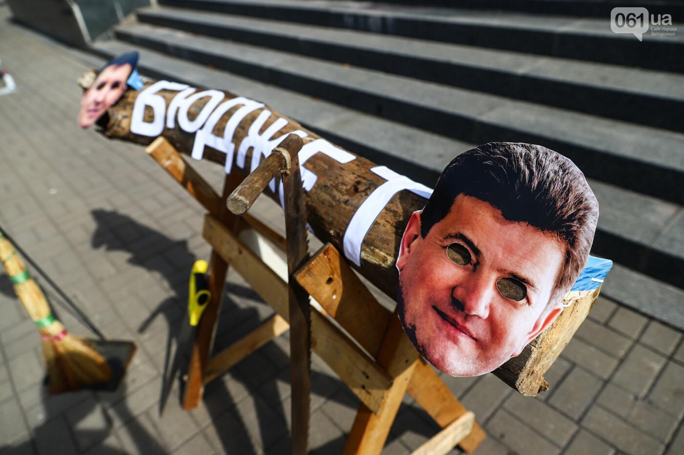 С пилами и в масках: в Запорожье возле мэрии активисты показали, как распиливают городской бюджет, - ФОТОРЕПОРТАЖ, фото-5