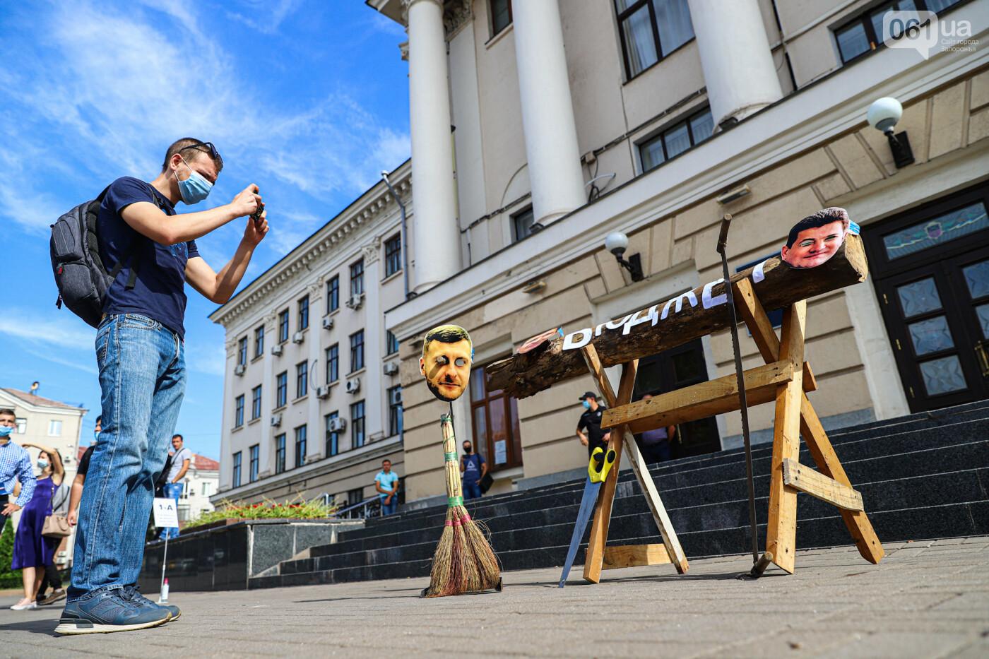 С пилами и в масках: в Запорожье возле мэрии активисты показали, как распиливают городской бюджет, - ФОТОРЕПОРТАЖ, фото-6