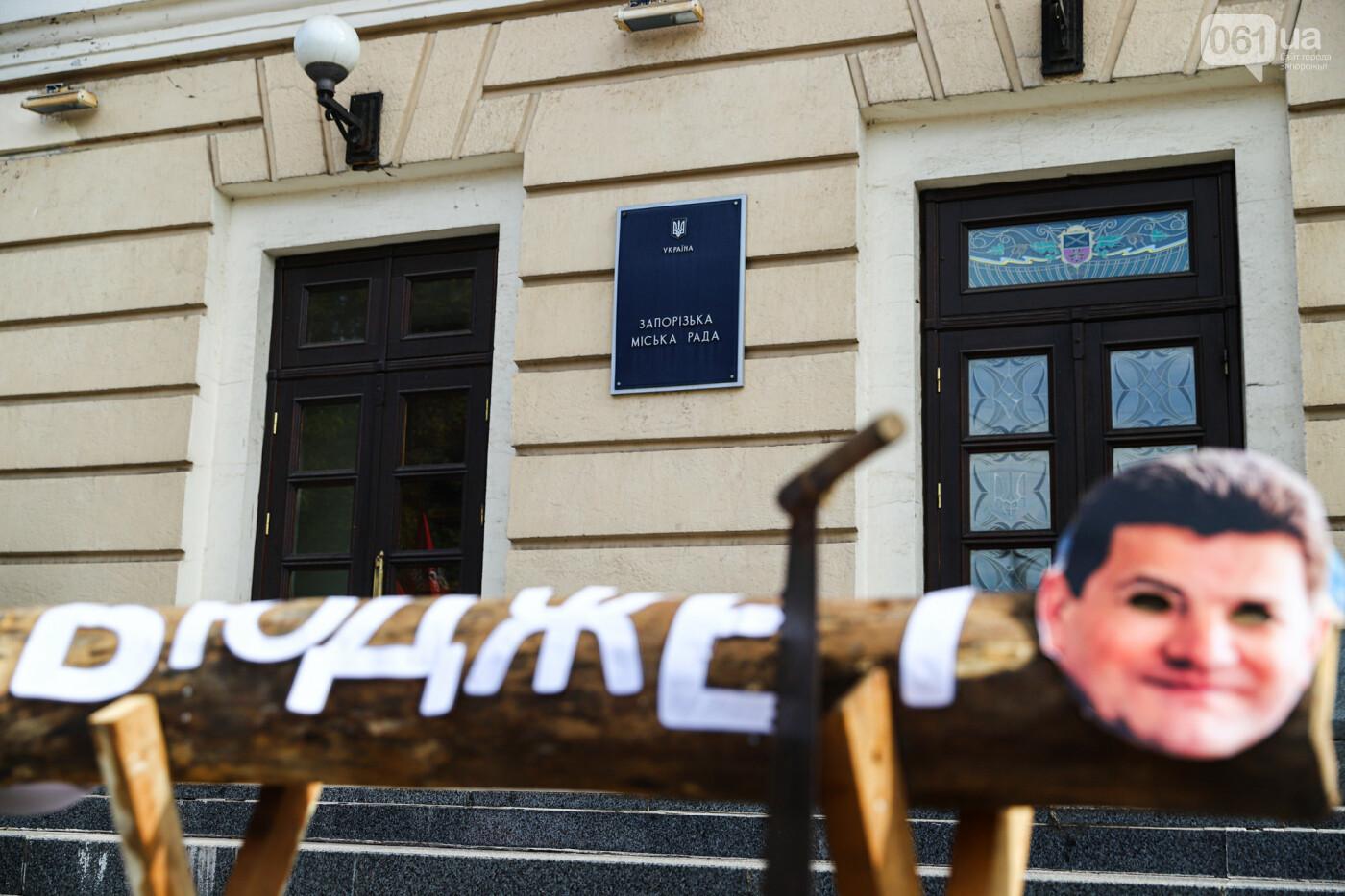 С пилами и в масках: в Запорожье возле мэрии активисты показали, как распиливают городской бюджет, - ФОТОРЕПОРТАЖ, фото-7