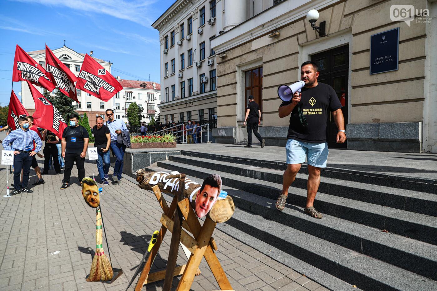 С пилами и в масках: в Запорожье возле мэрии активисты показали, как распиливают городской бюджет, - ФОТОРЕПОРТАЖ, фото-8