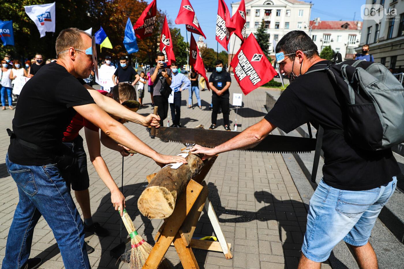 С пилами и в масках: в Запорожье возле мэрии активисты показали, как распиливают городской бюджет, - ФОТОРЕПОРТАЖ, фото-9