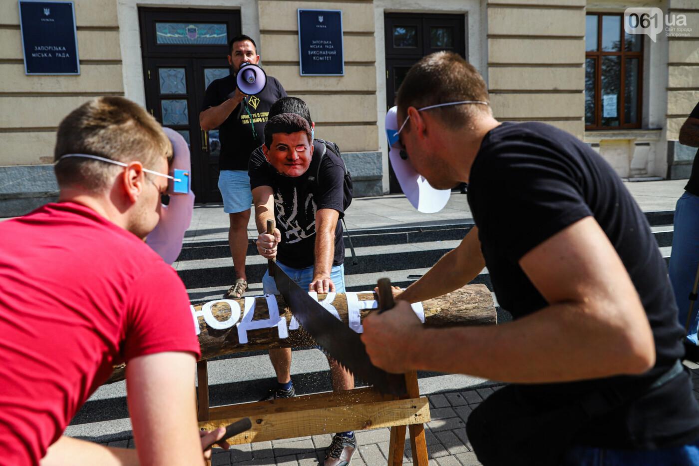 С пилами и в масках: в Запорожье возле мэрии активисты показали, как распиливают городской бюджет, - ФОТОРЕПОРТАЖ, фото-10