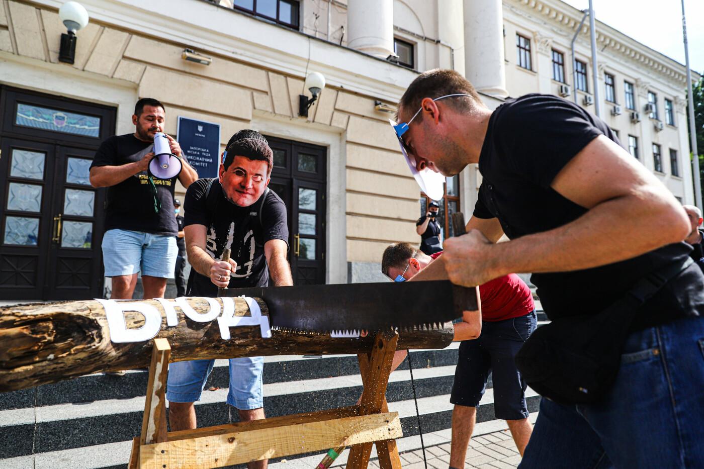 С пилами и в масках: в Запорожье возле мэрии активисты показали, как распиливают городской бюджет, - ФОТОРЕПОРТАЖ, фото-12