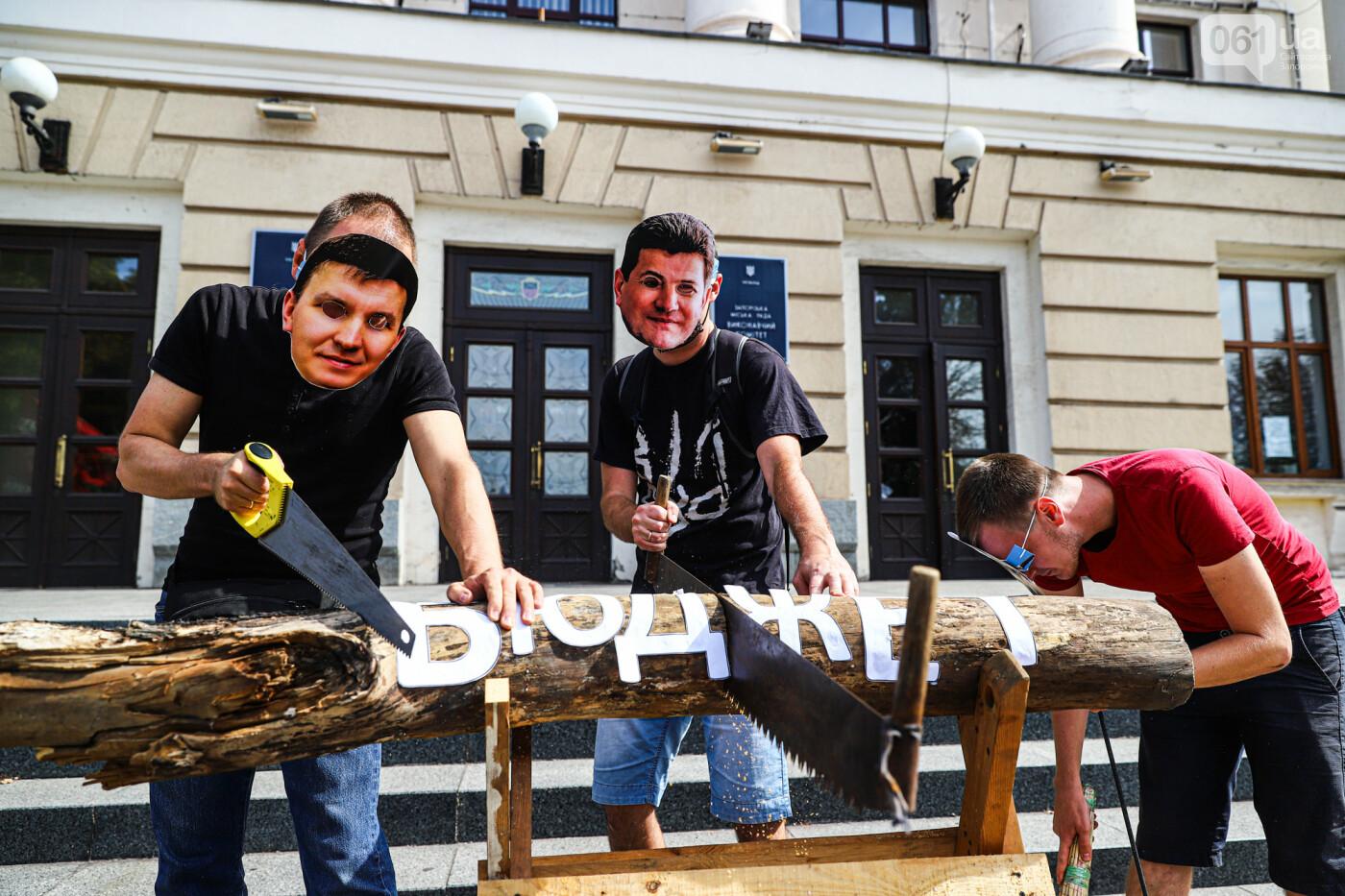 С пилами и в масках: в Запорожье возле мэрии активисты показали, как распиливают городской бюджет, - ФОТОРЕПОРТАЖ, фото-13