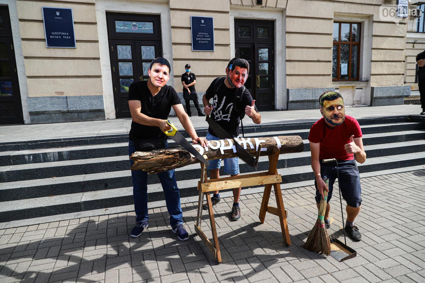 С пилами и в масках: в Запорожье возле мэрии активисты показали, как распиливают городской бюджет, - ФОТОРЕПОРТАЖ, фото-14
