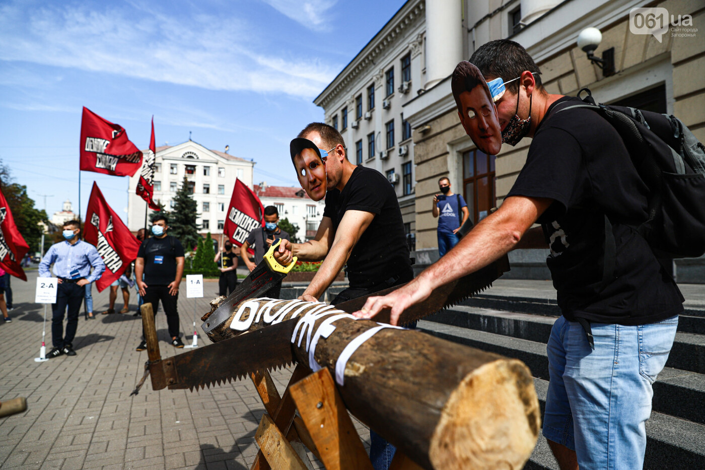С пилами и в масках: в Запорожье возле мэрии активисты показали, как распиливают городской бюджет, - ФОТОРЕПОРТАЖ, фото-15