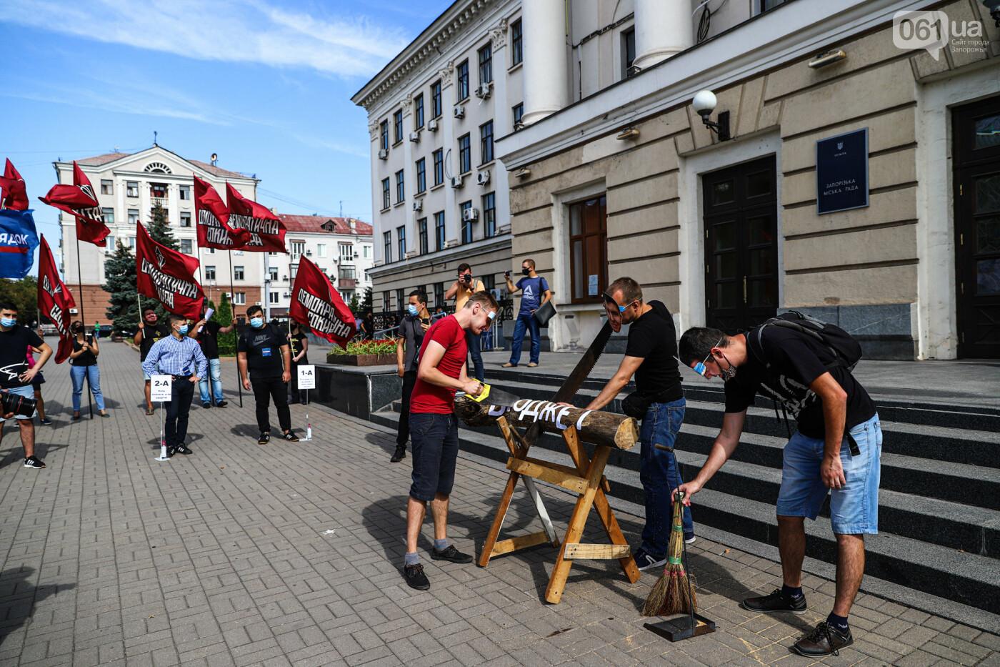 С пилами и в масках: в Запорожье возле мэрии активисты показали, как распиливают городской бюджет, - ФОТОРЕПОРТАЖ, фото-16