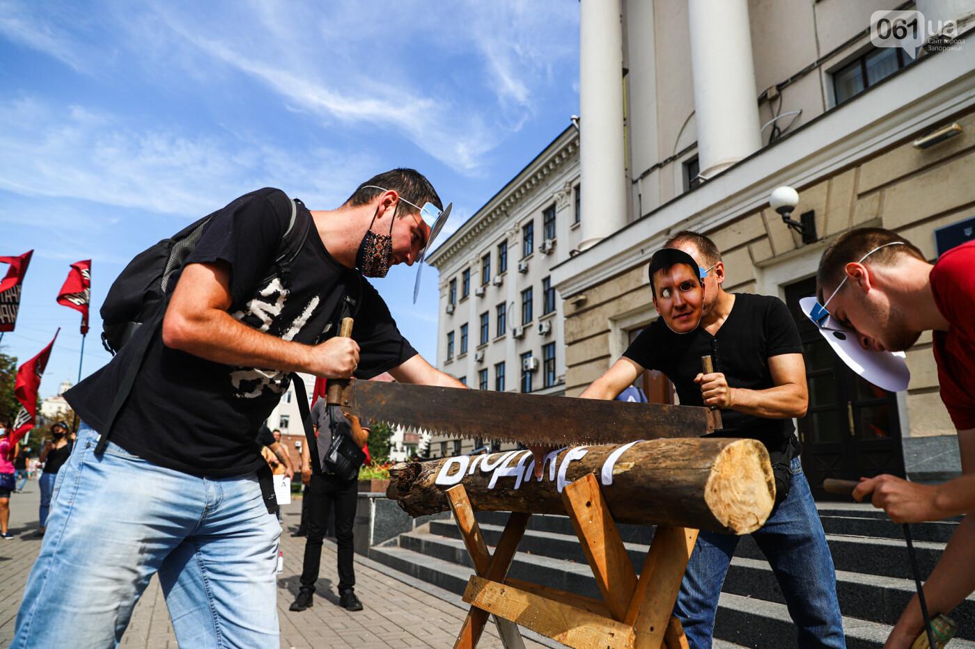 С пилами и в масках: в Запорожье возле мэрии активисты показали, как распиливают городской бюджет, - ФОТОРЕПОРТАЖ, фото-17