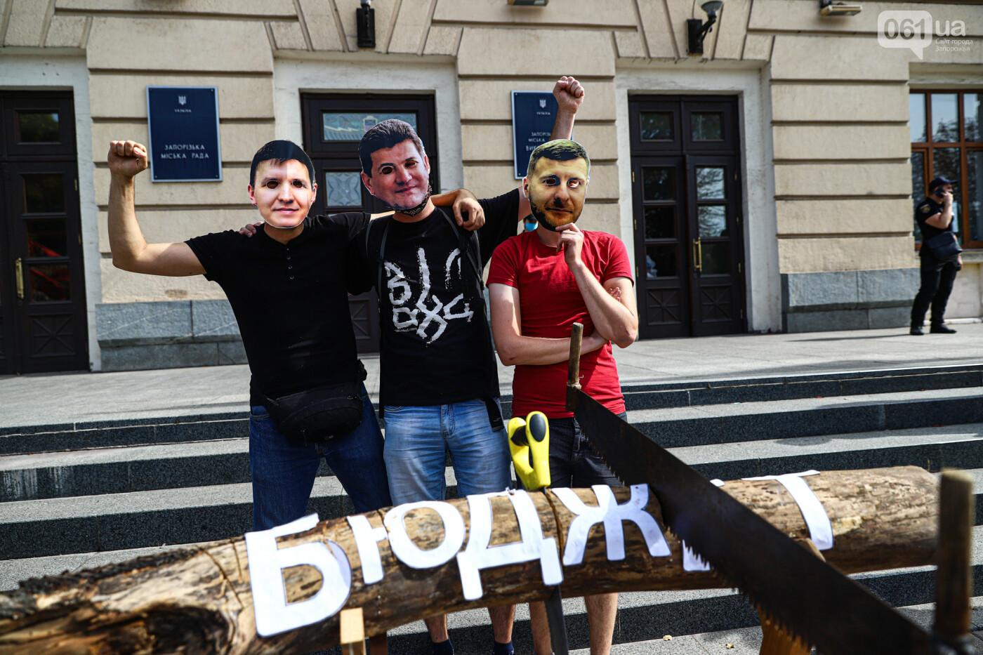 С пилами и в масках: в Запорожье возле мэрии активисты показали, как распиливают городской бюджет, - ФОТОРЕПОРТАЖ, фото-18