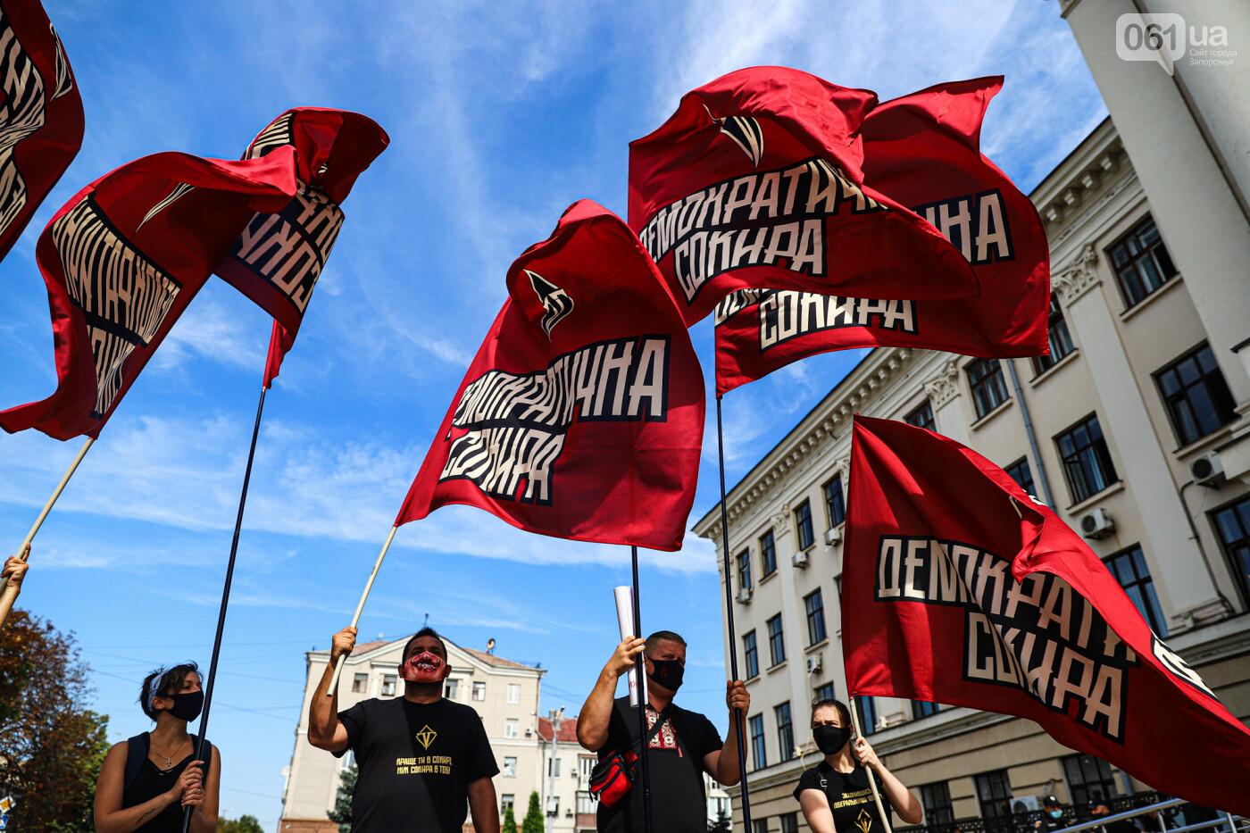 С пилами и в масках: в Запорожье возле мэрии активисты показали, как распиливают городской бюджет, - ФОТОРЕПОРТАЖ, фото-19