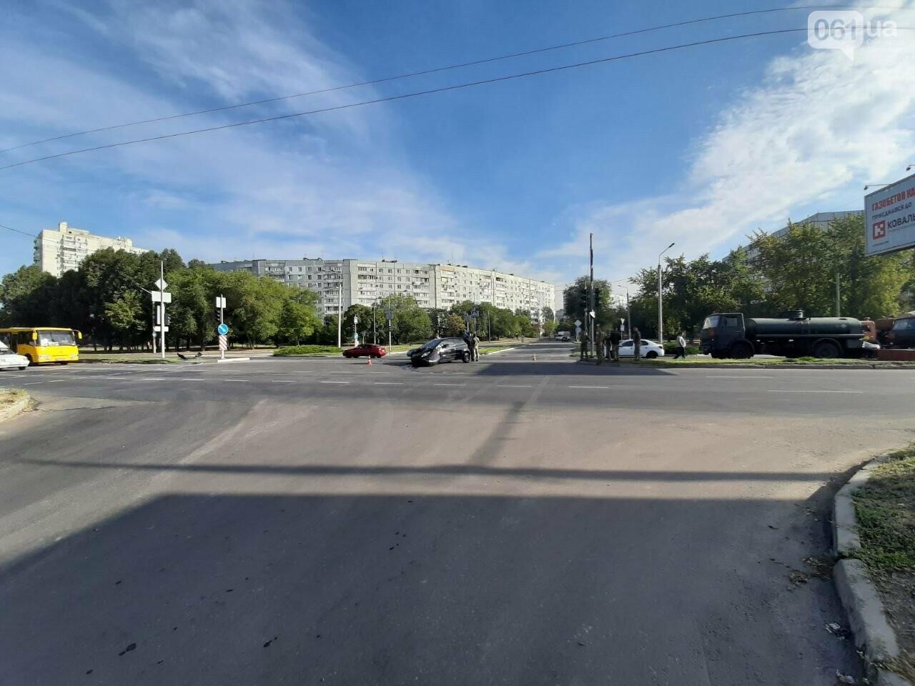 В Запорожье на Набережной Mitsubishi врезался в КамАЗ, который ехал в составе колонны военной техники , фото-1