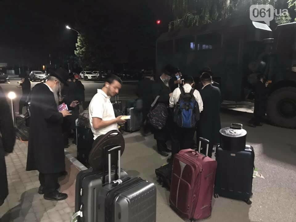 В запорожском аэропорту на несколько часов остановили паломников-хасидов, - ВИДЕО, фото-1