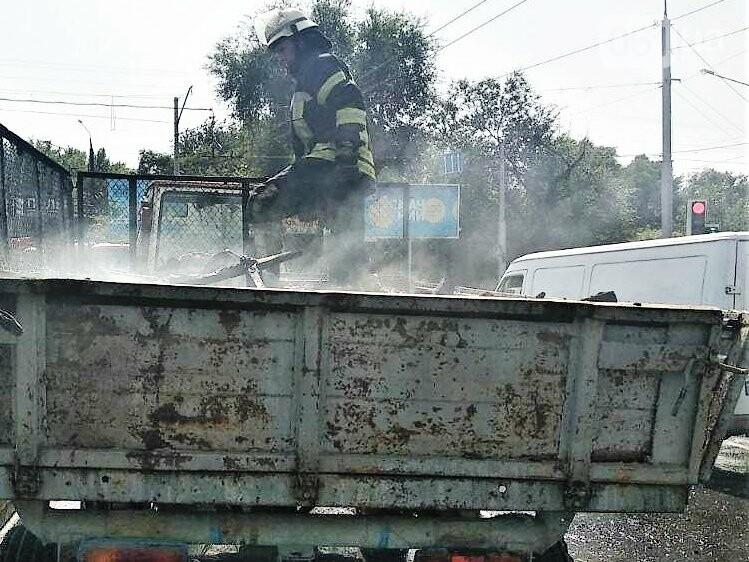 В Запорожье у трактора загорелся прицеп , фото-2