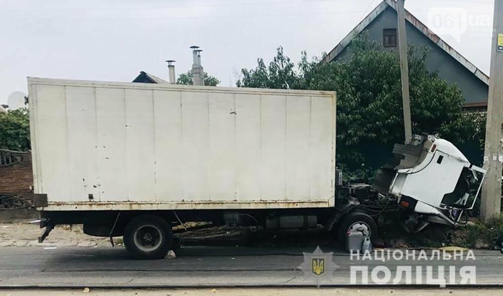 В Запорожье грузовик врезался в электроопору - водитель погиб , фото-1