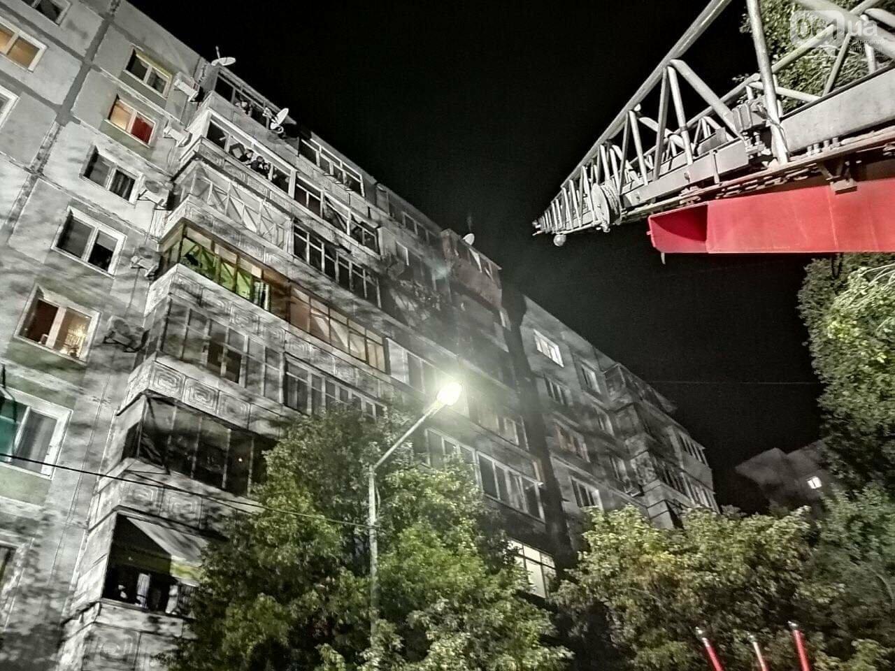В Запорожье пожар в 9-этажном доме тушили 35 спасателей, сгорело 4 балкона, еще 3 - повреждено, фото-1