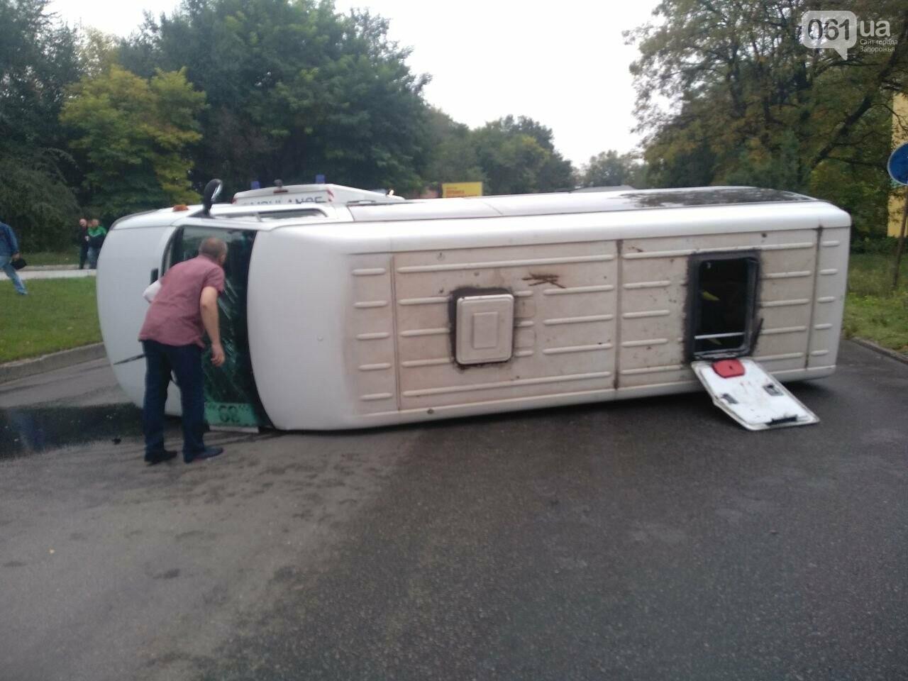 photo5208685004148813666 5f89650f9a0a2 - В запорожской полиции прокомментировали ДТП с перевернувшейся маршруткой