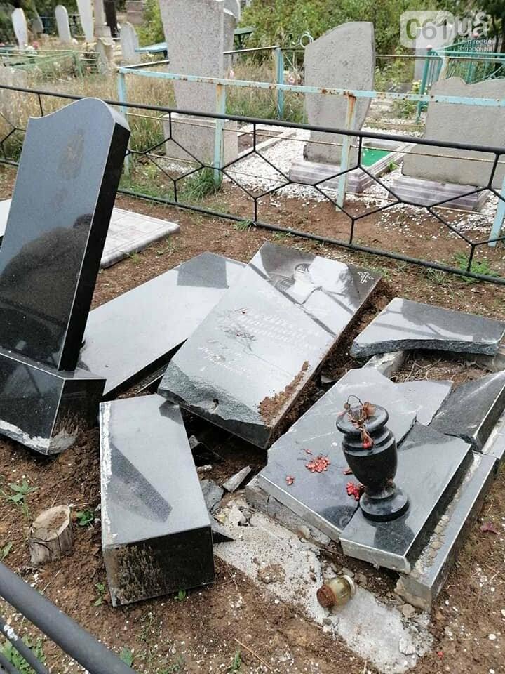1231402104484358027934693517717074133633333n 5fa11f6877e4d - В полиции разыскивают вандалов, которые разбили 14 памятников на кладбище в Приморске