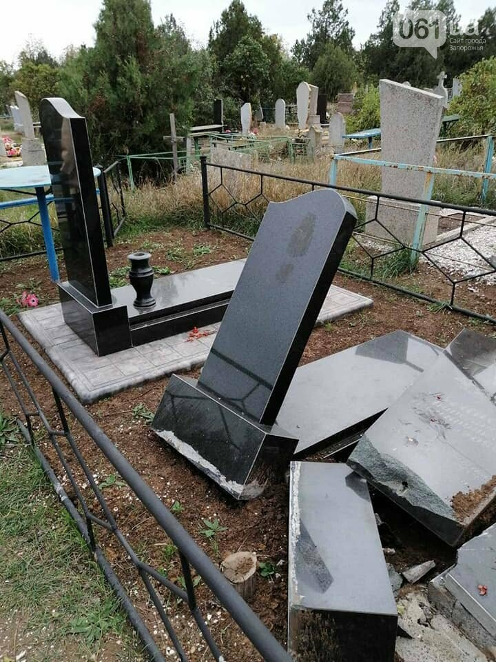 1235474424484358327934662481832269556274805n 5fa11f67b2660 - В полиции разыскивают вандалов, которые разбили 14 памятников на кладбище в Приморске