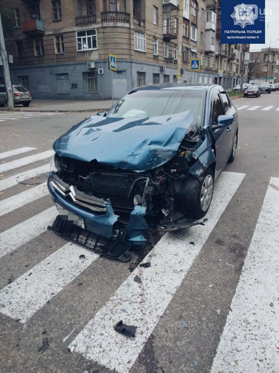 photo5301080793046692022 5fb2bd4c306c2 - В Запорожье водитель Citroen не пропустил на перекрестке маршрутку и врезался в нее, - ФОТО