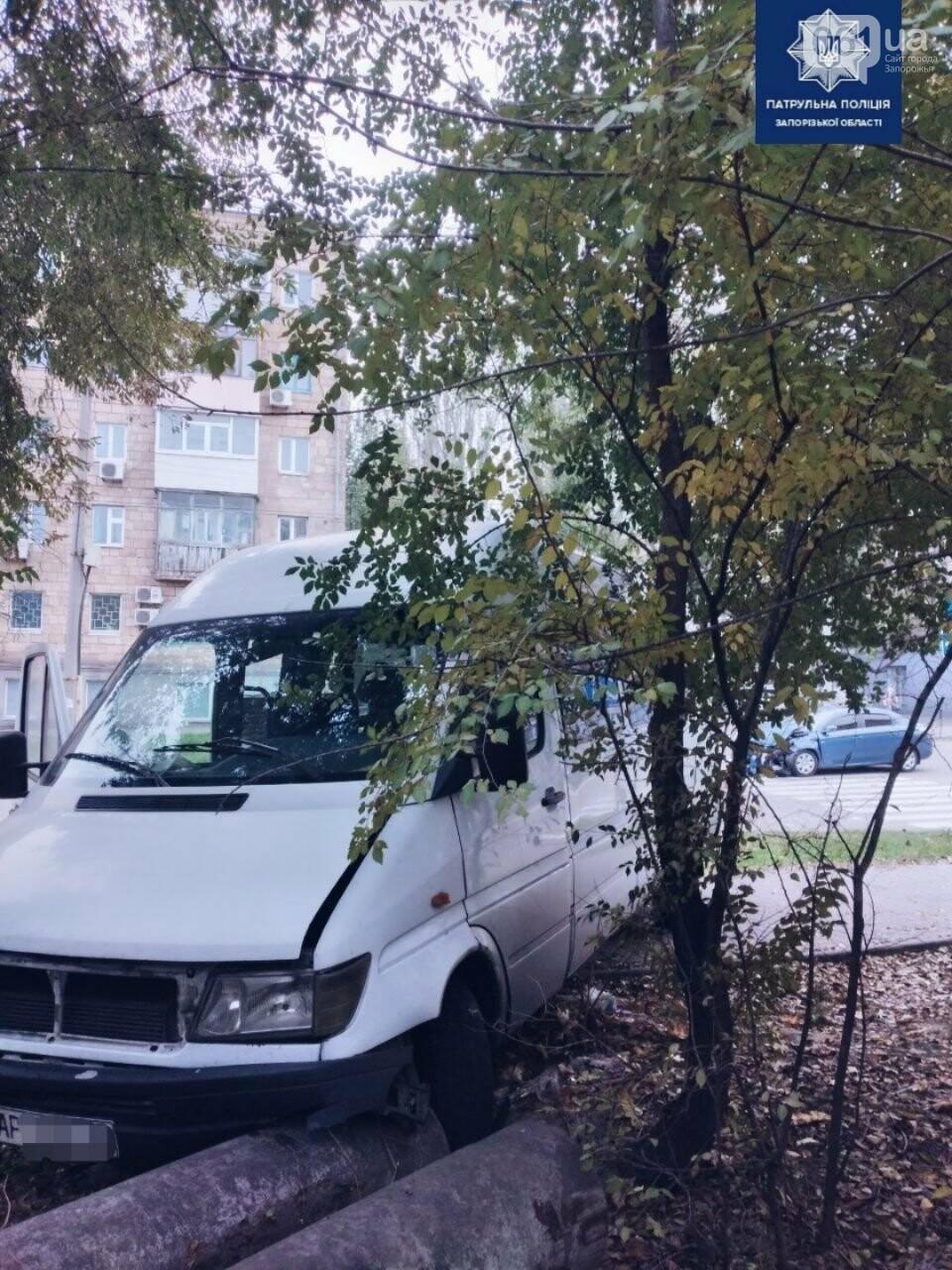 photo5301080793046692023 5fb2bd4d1fe60 - В Запорожье водитель Citroen не пропустил на перекрестке маршрутку и врезался в нее, - ФОТО