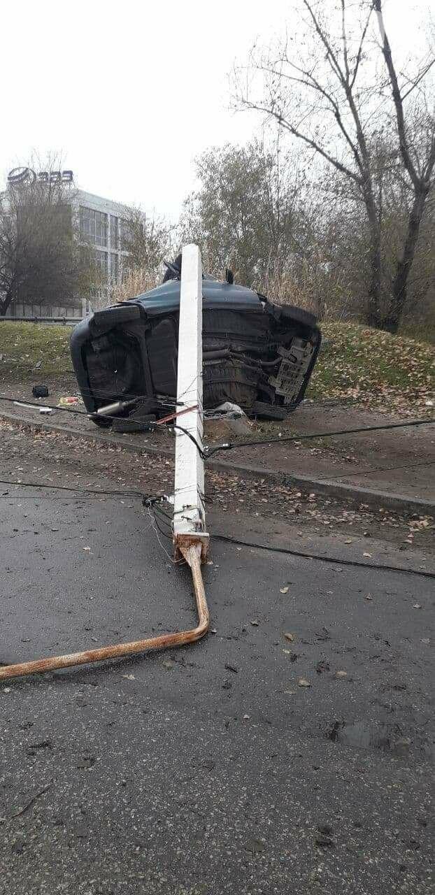 В Запорожье на Набережной легковой автомобиль влетел в столб, водитель погиб, - ФОТО, фото-2