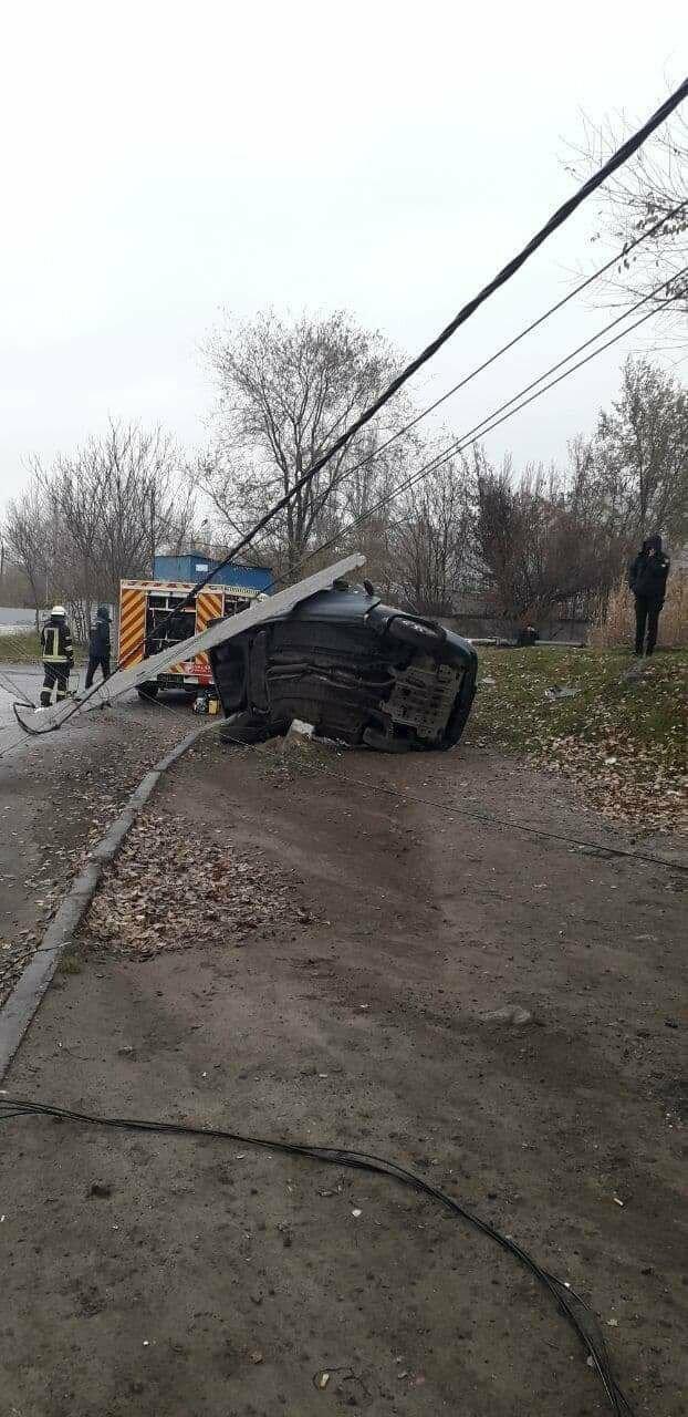 В Запорожье на Набережной легковой автомобиль влетел в столб, водитель погиб, - ФОТО, фото-4
