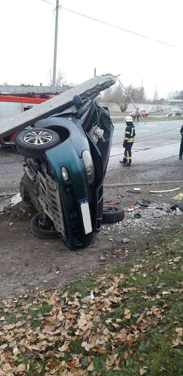 В Запорожье на Набережной легковой автомобиль влетел в столб, водитель погиб, - ФОТО, фото-5