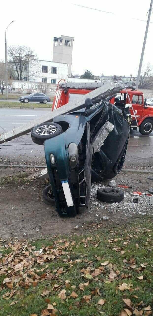 В Запорожье на Набережной легковой автомобиль влетел в столб, водитель погиб, - ФОТО, фото-1