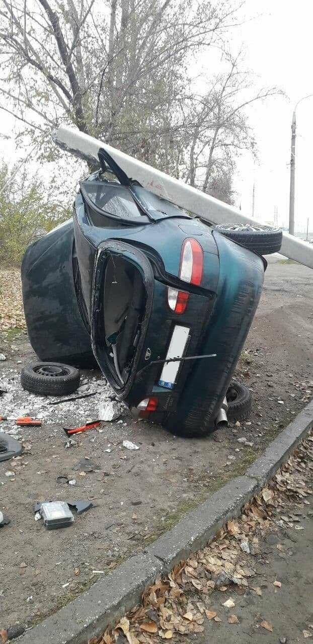В Запорожье на Набережной легковой автомобиль влетел в столб, водитель погиб, - ФОТО, фото-3