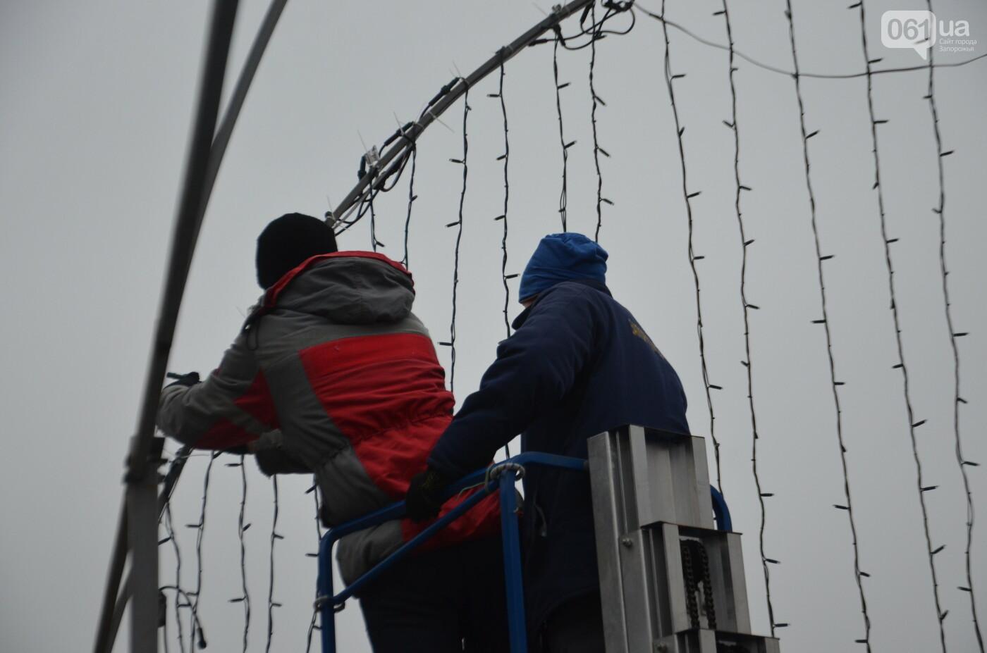 В Запорожье на бульваре Шевченко начали монтировать новогодний городок на БШ за 1,8 миллиона гривен, фото-17