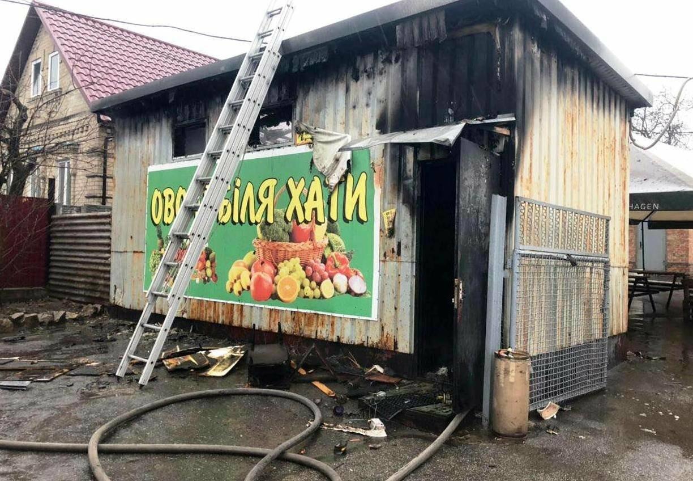 В Запорожье горел овощной киоск - пламя тушили 11 спасателей, фото-1