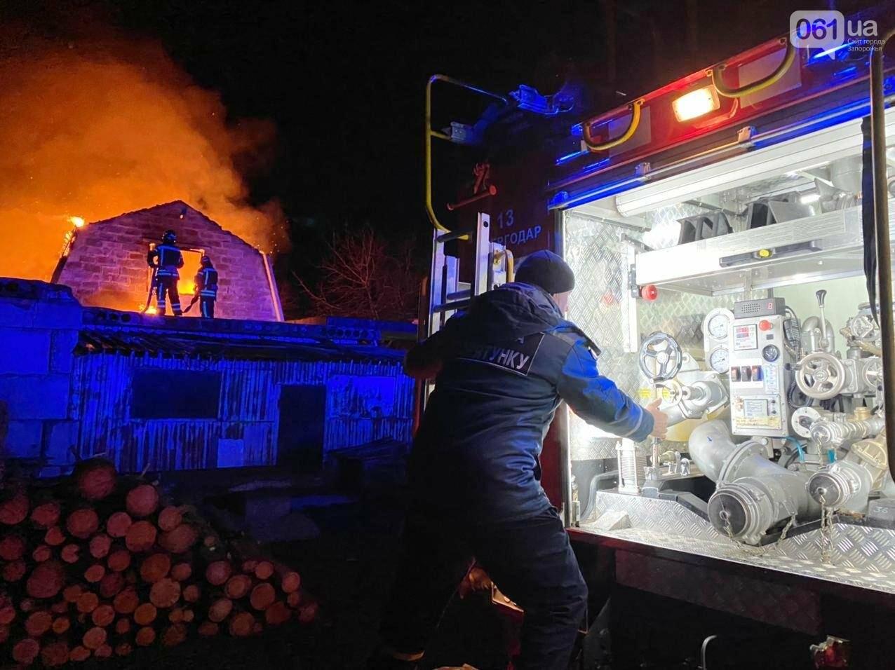 В Запорожской области загорелся жилой дом из-за проблем с печным отоплением: пожар тушили 15 спасателей , фото-3