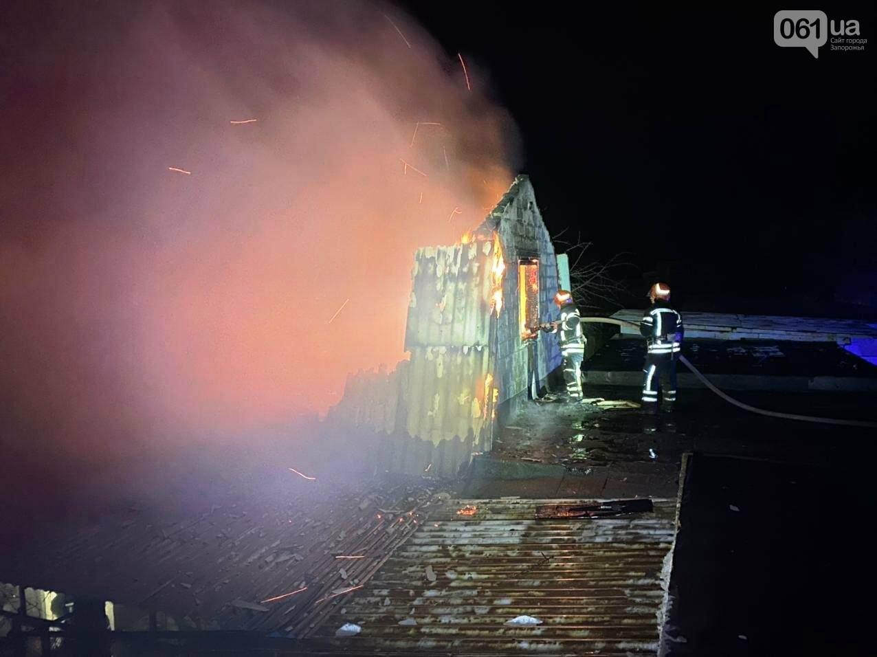 В Запорожской области загорелся жилой дом из-за проблем с печным отоплением: пожар тушили 15 спасателей , фото-5