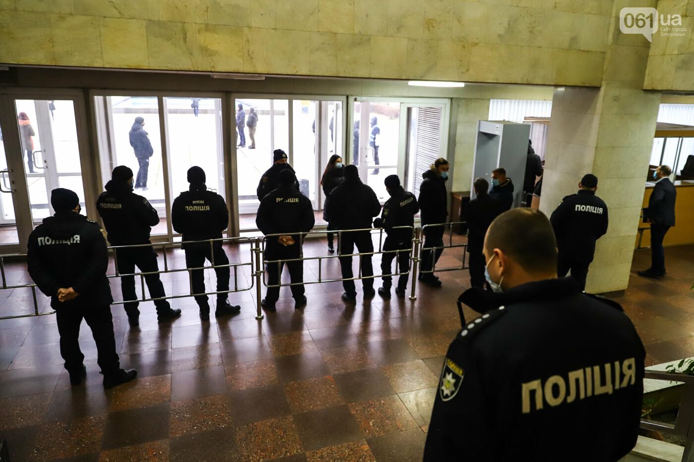 """Тайная """"сессия"""", сотни правоохранителей и стычки с активистами - что происходило в здании Запорожского облсовета, - ФОТО, ВИДЕО , фото-1"""