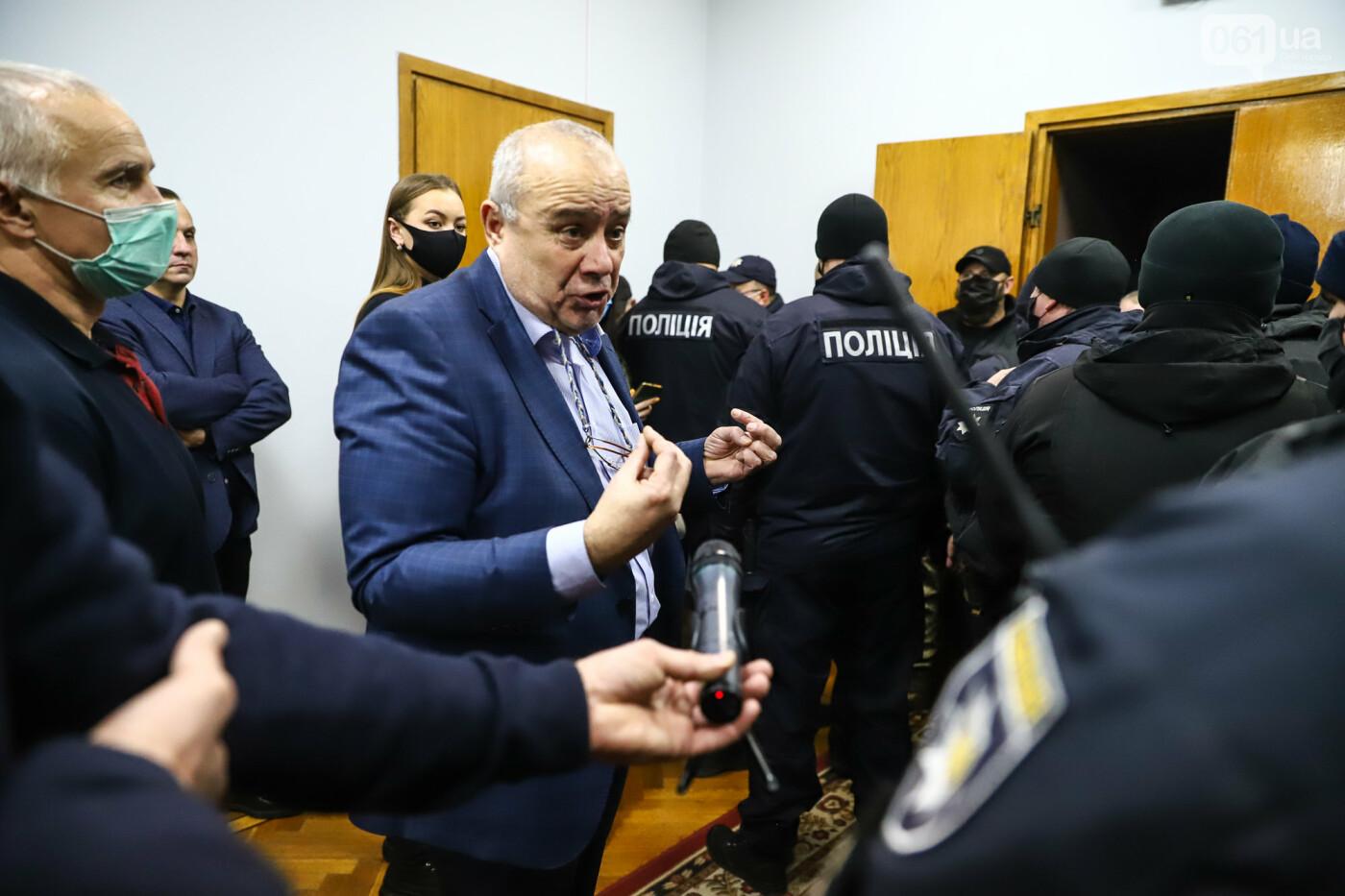 """Тайная """"сессия"""", сотни правоохранителей и стычки с активистами - что происходило в здании Запорожского облсовета, - ФОТО, ВИДЕО , фото-47"""
