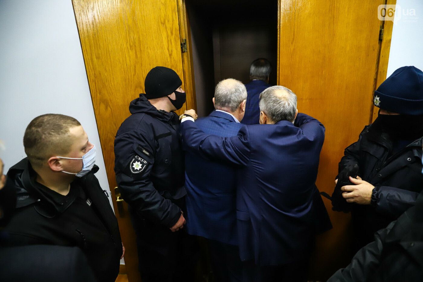 """Тайная """"сессия"""", сотни правоохранителей и стычки с активистами - что происходило в здании Запорожского облсовета, - ФОТО, ВИДЕО , фото-53"""