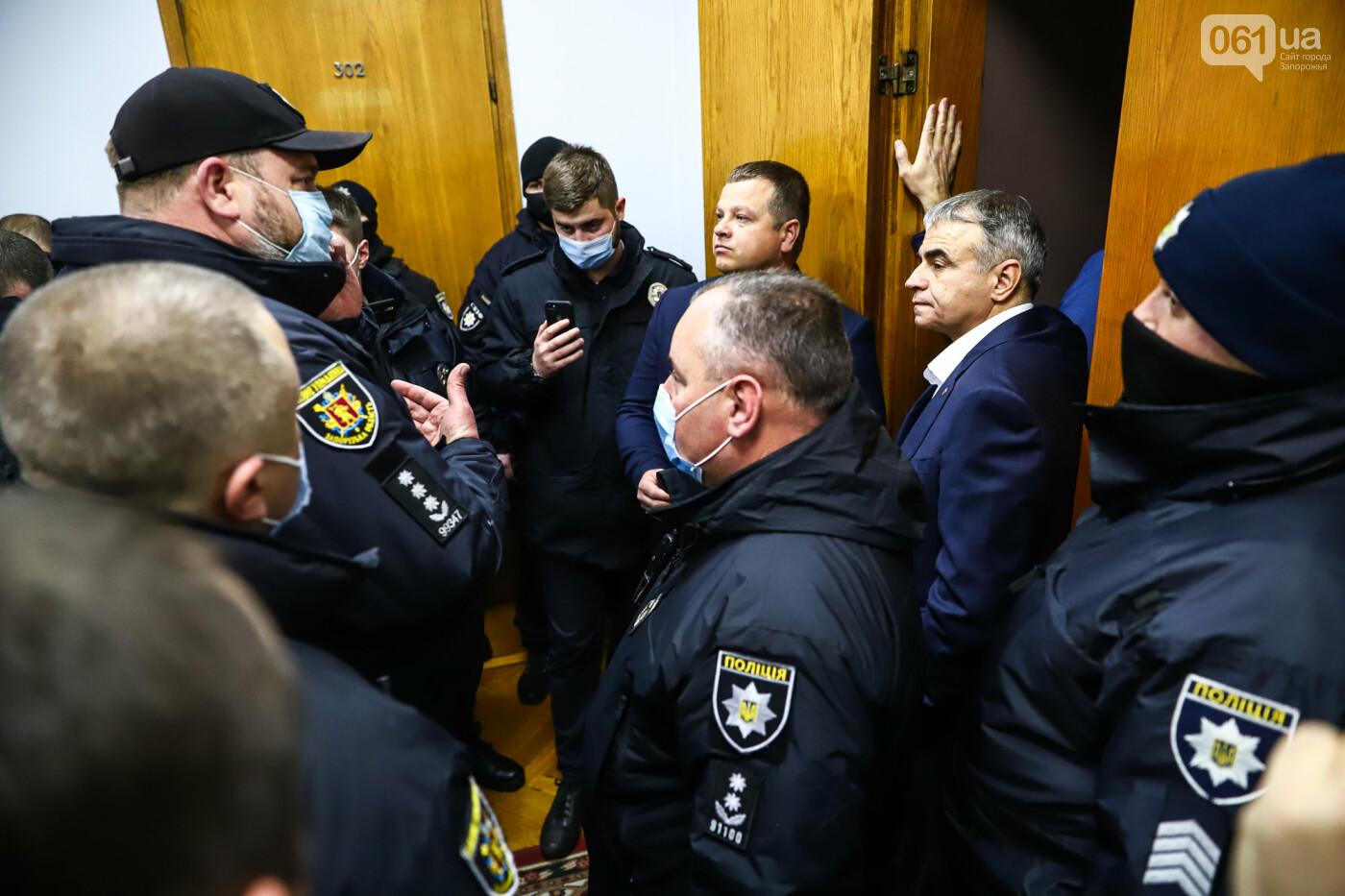 """Тайная """"сессия"""", сотни правоохранителей и стычки с активистами - что происходило в здании Запорожского облсовета, - ФОТО, ВИДЕО , фото-55"""