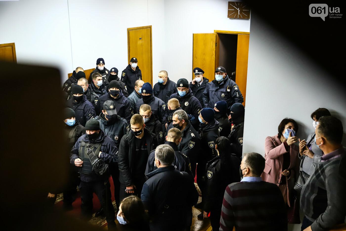 """Тайная """"сессия"""", сотни правоохранителей и стычки с активистами - что происходило в здании Запорожского облсовета, - ФОТО, ВИДЕО , фото-58"""