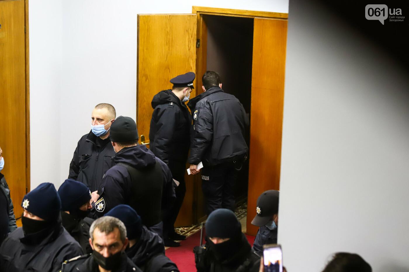 """Тайная """"сессия"""", сотни правоохранителей и стычки с активистами - что происходило в здании Запорожского облсовета, - ФОТО, ВИДЕО , фото-59"""