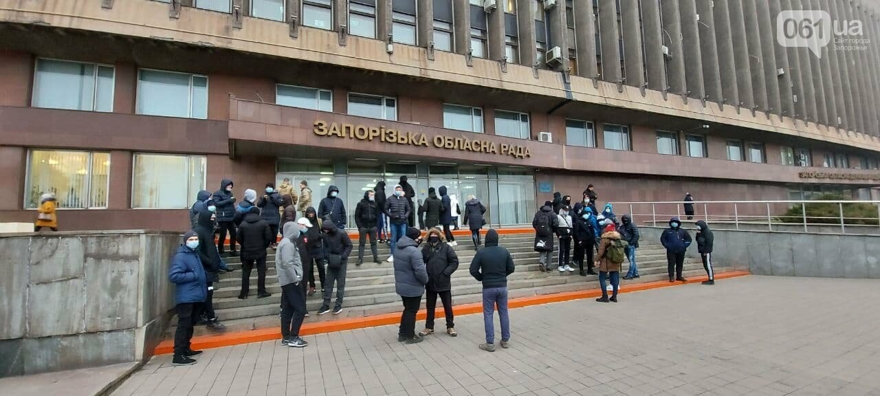 Под зданием Запорожского облсовета собираются на митинг молодые люди с покрышками, - ФОТО, фото-2